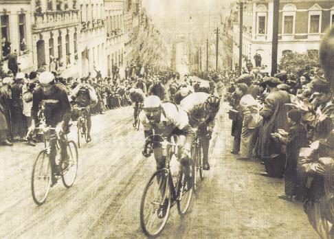 Die Friedensfahrt war über Jahrzehnte der Zuschauermagnet in der DDR. Vor allem an den legendären Anstiegen Sachsens, wie hier 1953 an der Steilen Wand von Meerane. Vorn rechts fährt der Chemnitzer Lothar Meister als Erster über die Wand. Foto: SZ Archiv